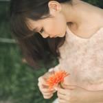 オレンジの花を持った少女
